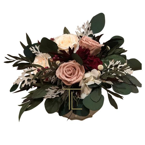 TLK-16 Мини композиция из стабилизированных роз с гарденией и ветками цинерария