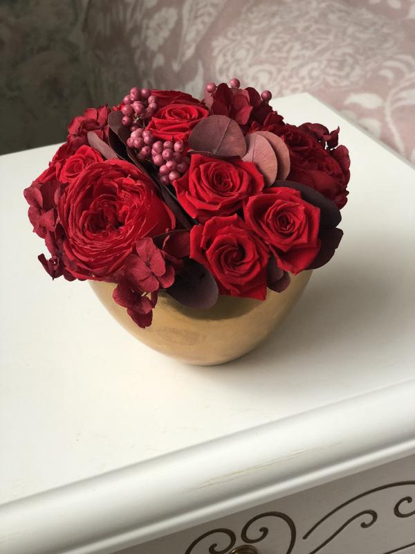 Композиция из стабилизированных роз в сферической вазе
