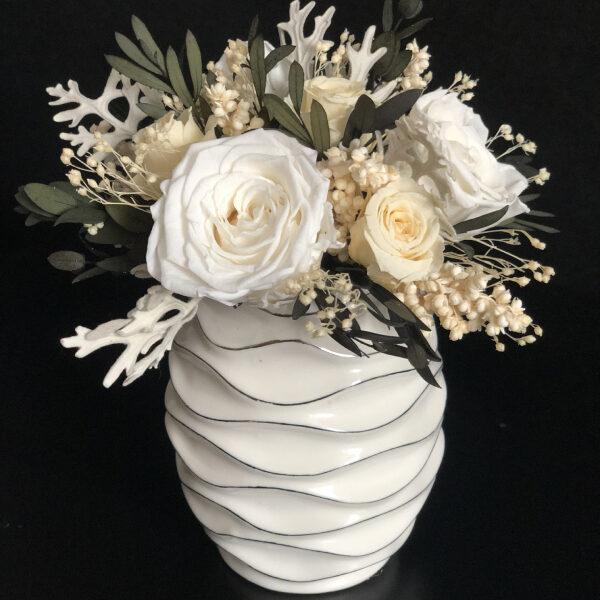 Утонченный мини букет в белой вазе