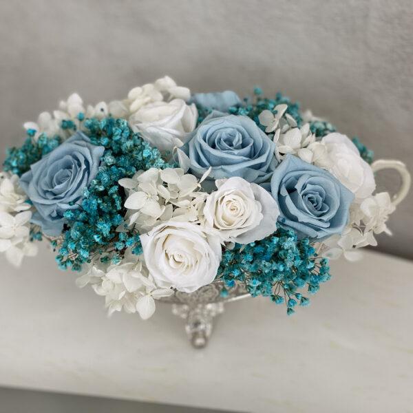 Композиция из белых и голубых стабилизированных роз