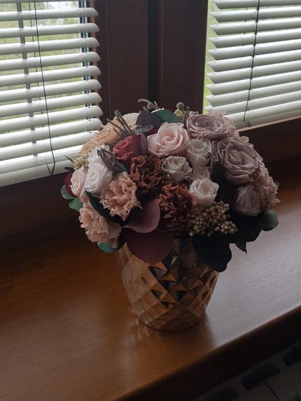 Композиция из стабилизированных роз в вазе