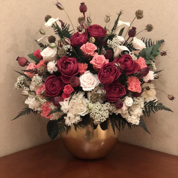 Композиция из стабилизированных цветов в позолоченной вазе