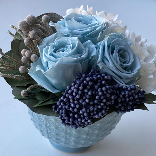Композиция из стабилизированных цветов голубого цвета