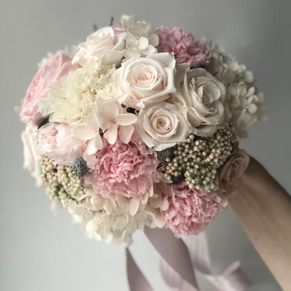 Нежно-розовый свадебный букет из стабилизированных цветов