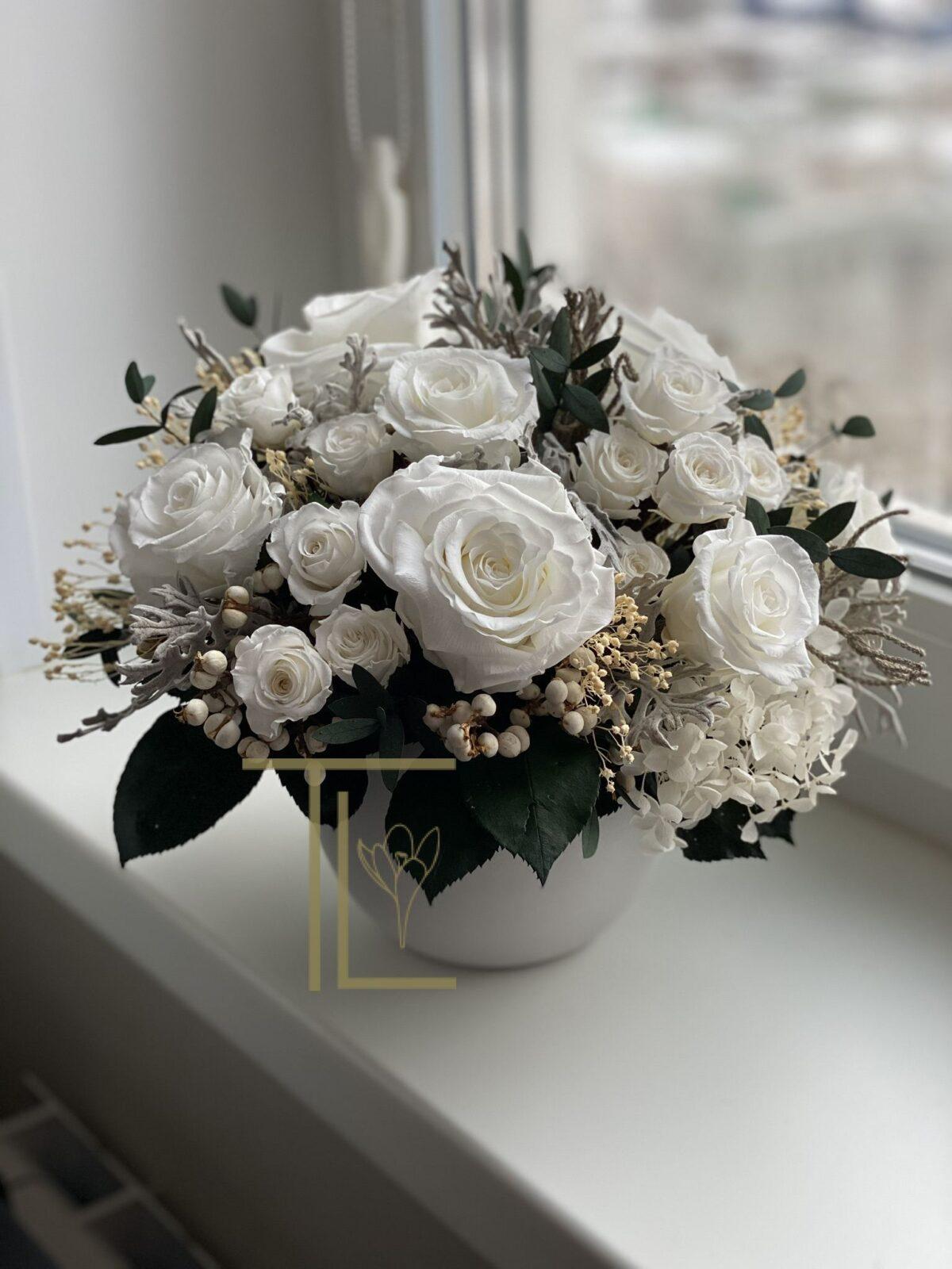 Стабилизированные розы в белой вазе