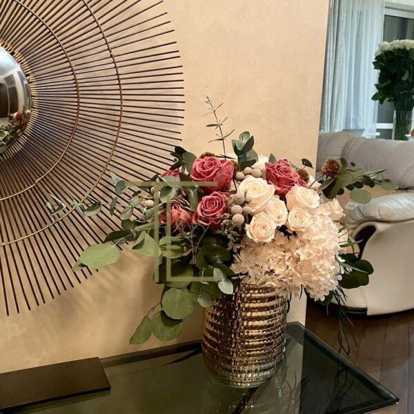 Стабилизированные цветы со стеблями в золотой вазе