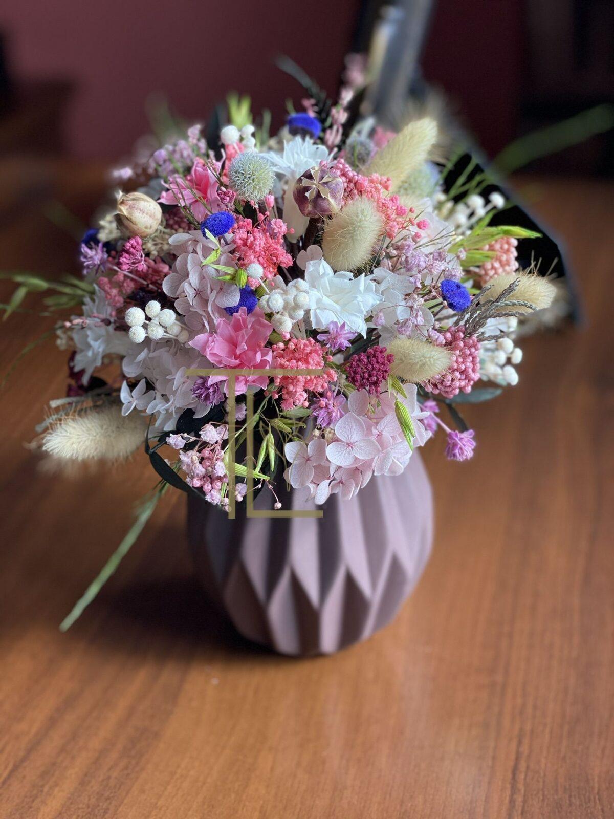 Стабилизированные цветы в вазе
