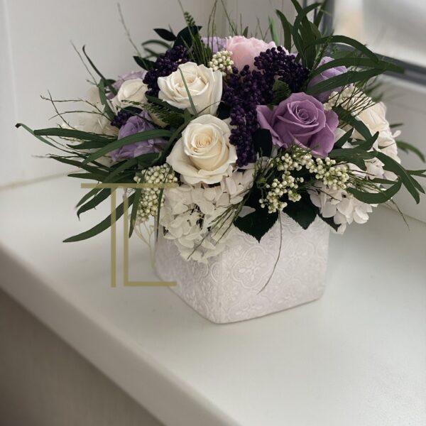 Стабилизированные цветы в белом кашпо