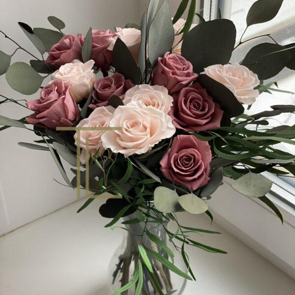 Стабилизированные цветы со стеблями в вазе