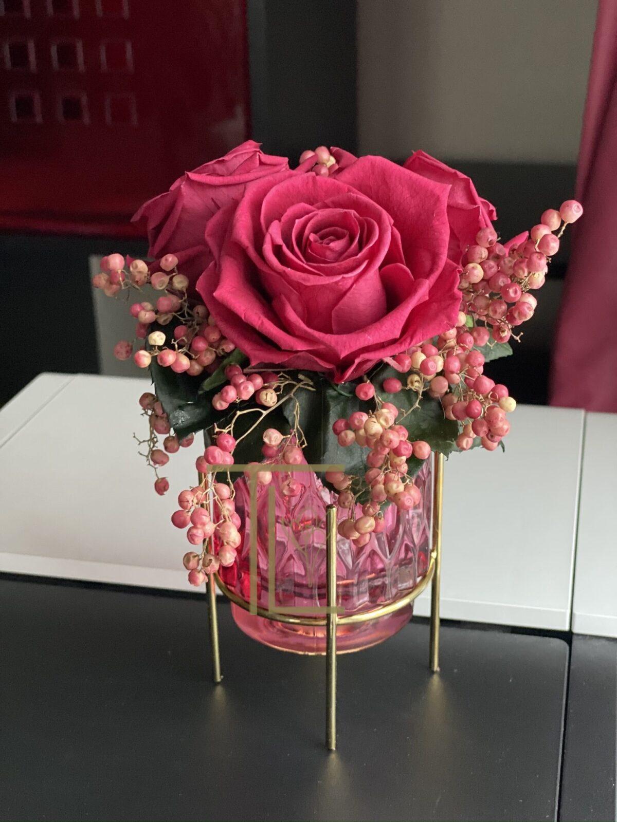 Стабилизированные розы в вазе
