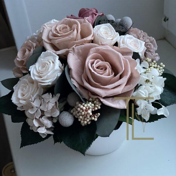 Стабилизированные цветы в белой вазе